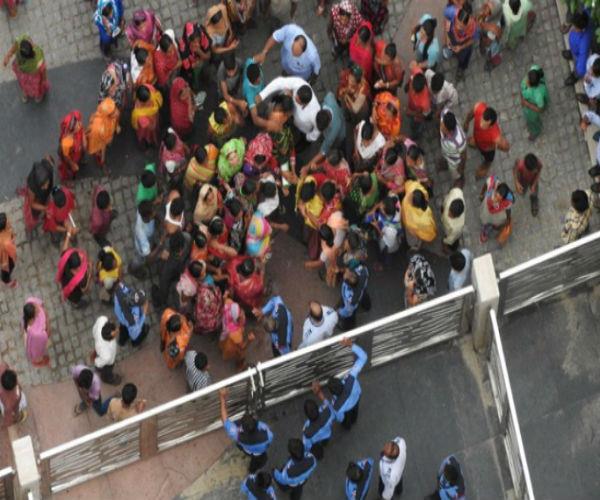 पॅाश सोसाइटी में पथराव, घरेलू नौकरानी को बंधक बनाने पर भड़के परिजन