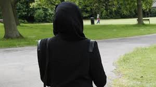 ब्रिटेन में फिर हेट क्राइमः मुस्लिम महिला का हिजाब खींचा, मारपीट