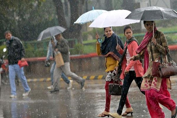 दिल्ली में बारिश से मौसम हुआ सुहावना