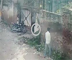 बाइक चोरी कर रफूचक्कर हुए चोर, वारदात CCTV में कैद