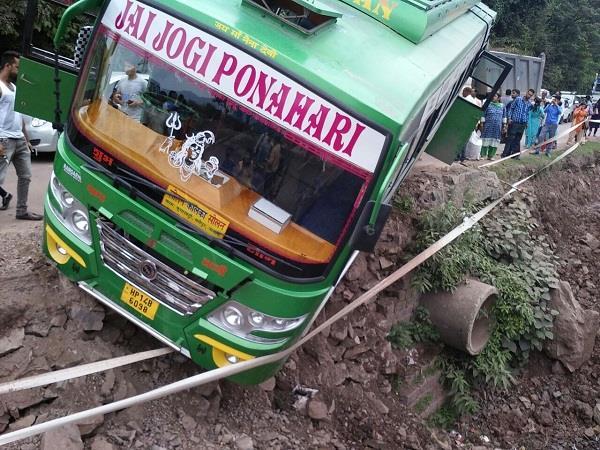 कालका-शिमला हाईवे पर सड़क से नीचे लटकी बस, देखिए फिर क्या हुआ