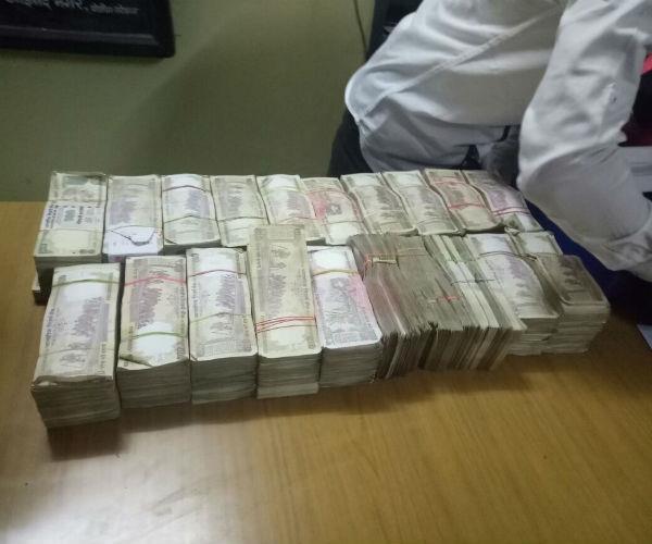 नोएडा: 7 लाख रुपए की पुरानी करेंसी बरामद, 2 गिरफ्तार