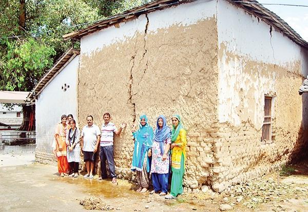 भवन की दीवारों में दरारें, लोगों के घरों पर मंडराया खतरा