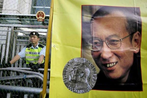 कैंसर पीड़ित नोबेल विजेता की हालत नाजुक, चीन सरकार से रिहाई की मांग