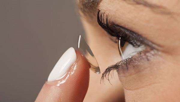 महिला की आंख में फंसे 27 कांटैक्ट लैंस!
