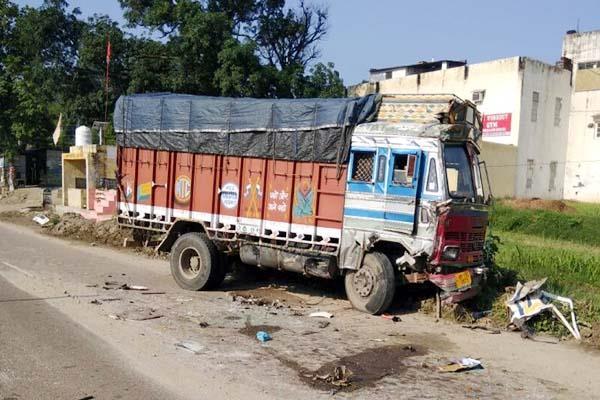 टिप्पर-ट्रक में भीषण टक्कर, क्लीनर की दर्दनाक मौत