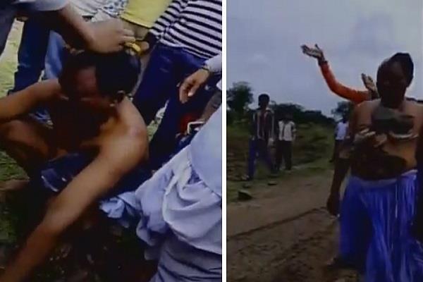 मनचले का महिला ने मुंडवाया सिर, स्कर्ट पहना निकाला जुलूस(Video)
