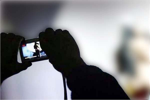 युवक ने प्रेमिका के साथ अतरंग पलों का वीडियो किया वायरल, गिरफ्तार
