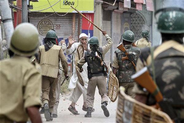 कश्मीरी युवाओं से बदसलूकी के वीडियो : सख्त हुई आर्मी, गैर जिम्मेदार फौजियों पर लिया एक्शन