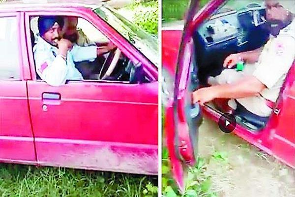 लाल कार में नशा कर रहे थे पुलिस वाले, वीडियो  वायरल
