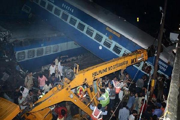 ट्रेन हादसे के बाद चार ट्रेनें रद्द , कई के मार्ग बदले