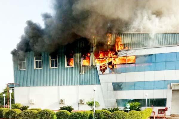 उद्योग में लगी भीषण आग, 5 करोड़ की संपत्ति जलकर राख