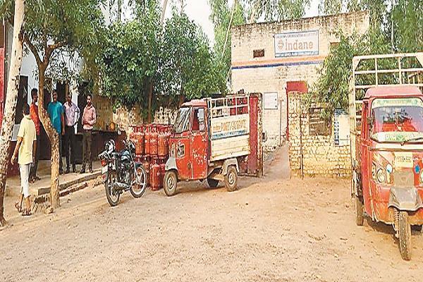 गन प्वाइंट पर लुटेरों ने पुनीत गैस एजैंसी के गोदाम से लूटी 35 हजार रुपए की नकदी