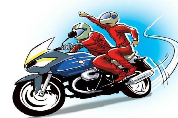 मोटरसाइकिल सवार लुटेरों की दहशत,महिला से लूटी सोने की बाली