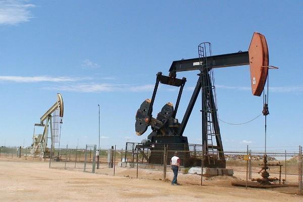 कच्चे तेल में हल्की कमजोरी, सोना सपाट