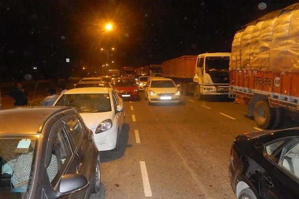 जिला पार्षद की गिरफ्तारी पर लोगों ने NH किया जाम, 3 घंटे फंसे रहे हजारों वाहन