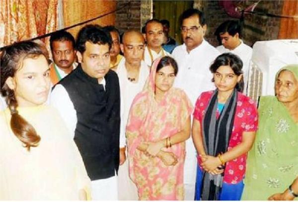 UP: रागिनी के घर पहुंचे ऊर्जा मंत्री, बोले- दरिंदों को मिलेगी सख्त सजा