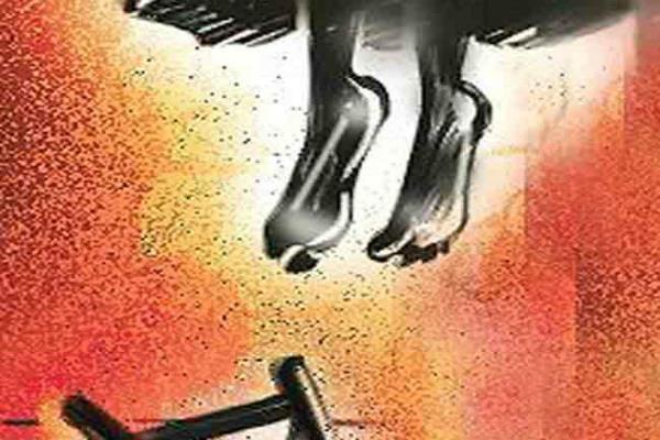 दहेज प्रथा की शिकार हुई एक और विवाहिता,8 माह के बच्चे को छोड़ लगाया फंदा