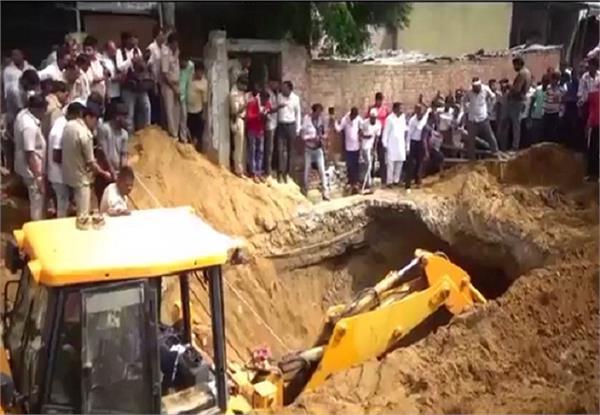 मिट्टी की ढांग गिरने से मजदूर की मौत, 2 की हालत गंभीर