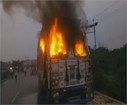 तेज रफ्तार ट्रक ने छात्रा को कुचला, गुस्साए परिजनों ने ट्रक में लगाई आग