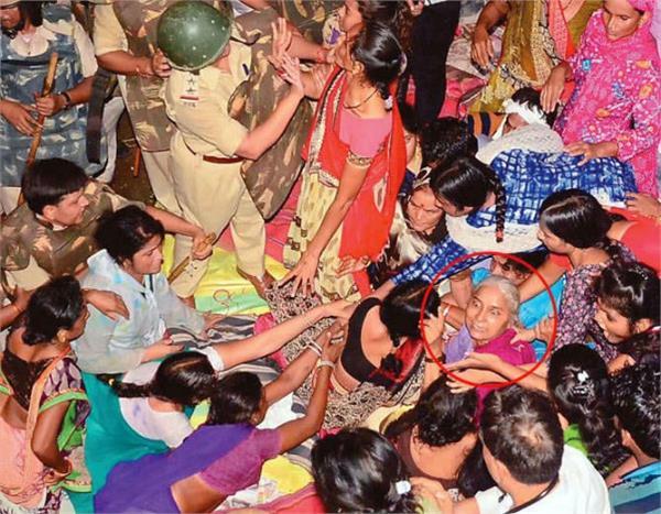 सरदार सरोवर बांध: मेधा पाटकर को जबरन अनशन स्थल से उठा अस्पताल में भर्ती कराया