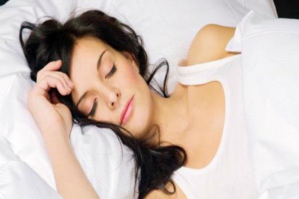 सोते समय सिर के पास न रखें ये चीजें, होगी शारीरिक और मानसिक परेशानी