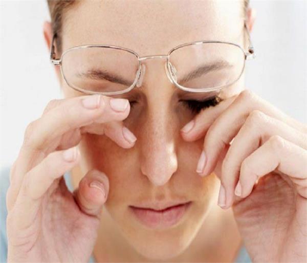 आंखों में खुजली और जलन की समस्या से राहत दिलाएंगे ये नुस्खे