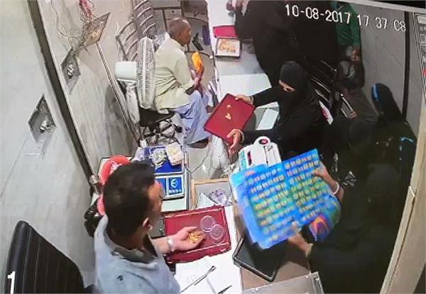 CCTV में कैद हुई शातिर महिलाओं की करतूत, यूं दिया चोरी की वारदात को अंजाम