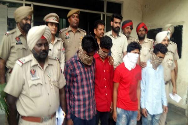 पिस्तौल के बल पर अगवा कर लूटने वाले 4 गिरफ्तार