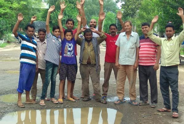 दीनानगर-कथलौर सड़क पर पड़े गड्ढे, दुकानदारों ने किया प्रदर्शन