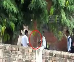 उप मुख्यमंत्री के गढ़ में शिक्षकों ने छात्रों को दी तालिबानी सजा, वीडियो वायरल
