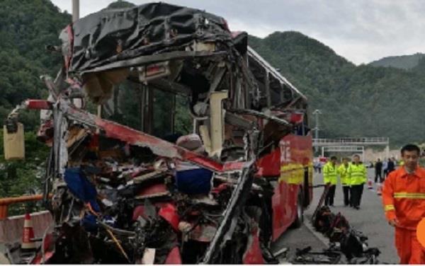 चीन में सुरंग की दीवार से टकराई बस; 36 की मौत, 13 घायल