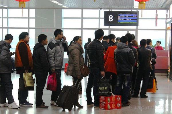 चीन के हवाई अड्डों पर किया जा रहा भारतीय यात्रियों का अपमान