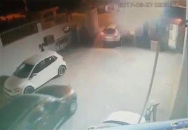बदमाशों ने गार्ड को बंधक बनाकर की सर्विस सेंटर में लूट, 4 लग्जरी कारें उड़ाई