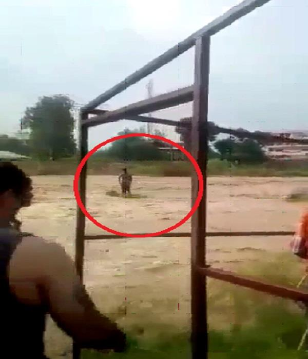 Watch Pics: 2 घंटे बाद मौत के मुंह से बाहर निकले खड्ड में फंसे युवक