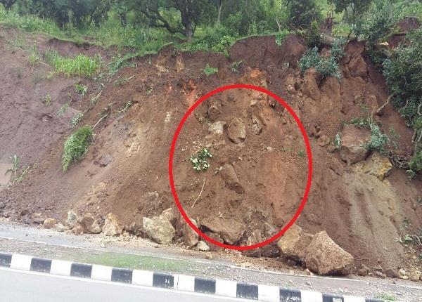 Watch Pics: NH-21 पर फिर दरकी पहाड़ी, भारी मलबे के कारण मार्ग बंद