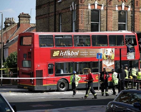 लंदनः दुकान में घुस गई डबल डैकर बस, 10 घायल