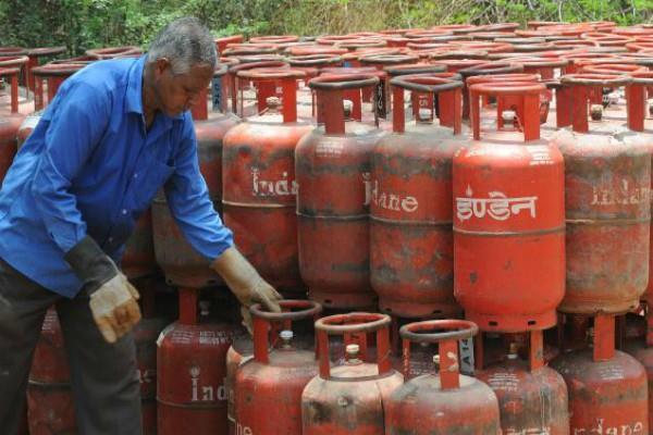 सरकार ने दी गरीबों को राहत, जारी रहेगी गैस सिलैंडर पर सबसिडी