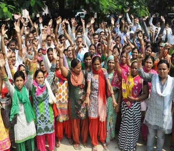 योगी सरकार के कड़े रुख के बावजूद लखनऊ में शिक्षामित्रों ने किया प्रदर्शन
