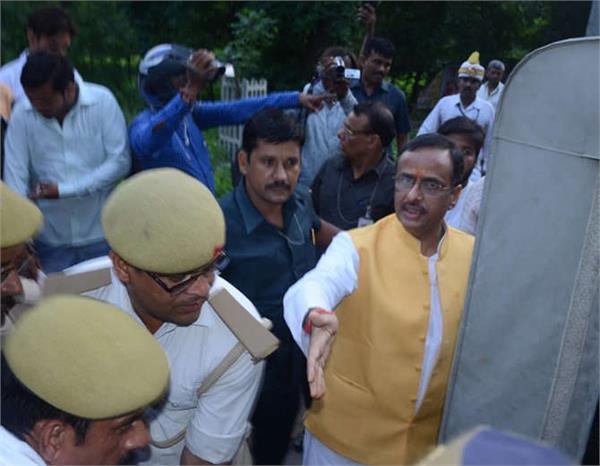 कानपुरः घायलों को देख डिप्टी CM ने रुकवाई गाड़ी, कहा- 'मेरी गाड़ी से भेजो इन्हें अस्पताल'