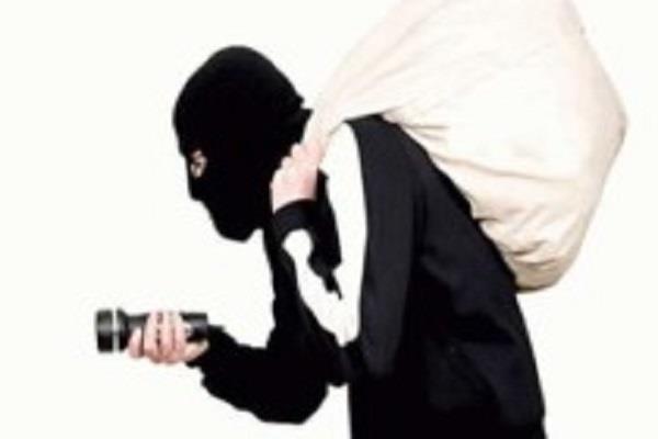 यूपी में बैखौफ बदमाश, ऑटो सवार युवती से मोबाइल फोन लूटे
