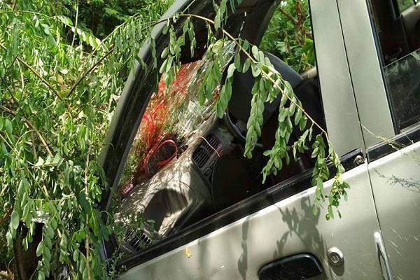 करनाल NH-1 पर भयानक सड़क हादसा, संतुलन बिगड़ने से खदान में गिरी कार