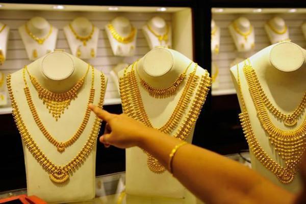 सोने की कीमतों में गिरावट, चांदी और चमकी