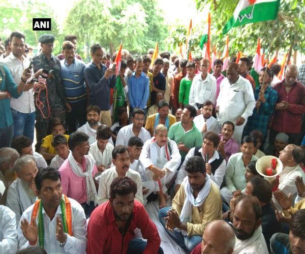 लखनऊ: गोरखपुर की घटना के खिलाफ यूपी कांग्रेस का शांतिपूर्ण प्रदर्शन