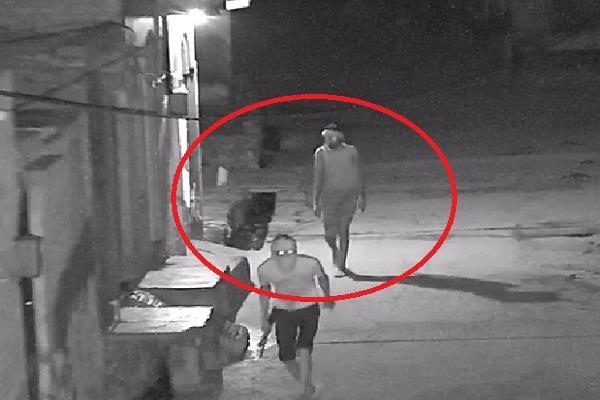 जिला परिषद के पूर्व सदस्य के घर चोरी, CCTV में कैद चोर