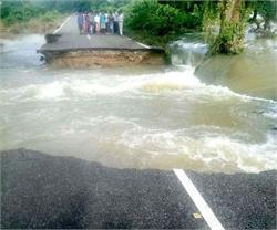 बारिश के चलते नदियों का जलस्तर बढ़ा, गांव की पुलिया और सड़कें कटी