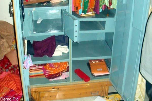 साथ वाले कमरे में सोता रहा परिवार, चोरों ने दे डाला वारदात को अंजाम