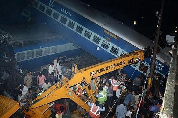 मुजफ्फरनगर रेल हादसा: लापरवाह कर्मचारियों पर गिरी गाज