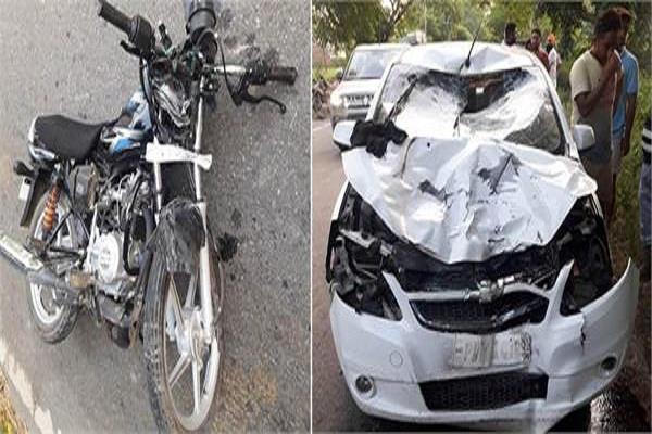 कार और मोटरसाइकिल की टक्कर में 4 घायल