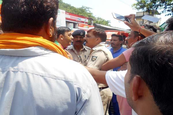 पुलिस से उलझे भाजयुमो कार्यकर्ता, छीनकर जलाया CM का पुतला